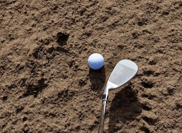 バンカー内で素振りで砂に触ってボールが動いた。