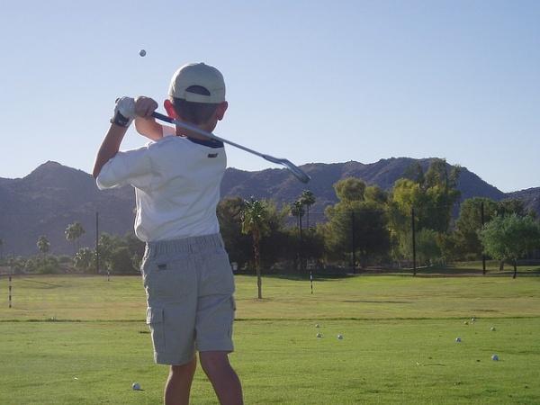 ゴルフで「空振り」と「素振り」、決めるのは誰?